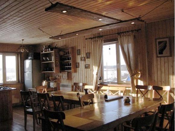 Уютнейшая кухня и гостиная с камином...