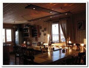 Кухня и гостиная с камином...